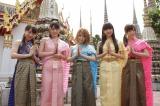 タイの世界遺産「ワット・ポー」で記念撮影(左から石田亜佑美、道重さゆみ、田中れいな、飯窪春菜、譜久村聖)