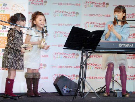アイスクリームの歌』記者発表会に出席し、公式ソング「アイスクリームレース」を披露した(左から)小林星蘭、谷花音、川嶋あい (C)ORICON DD inc.