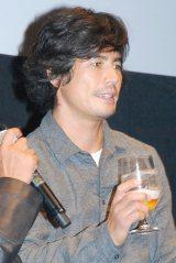お酒を片手にほろ酔いでトークショーに出席した伊藤英明 (C)ORICON DD inc.
