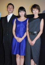 映画『すーちゃん まいちゃん さわ子さん』の舞台あいさつに登壇した(左から)御法川修監督、柴咲コウ、真木よう子