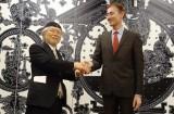 藝術文学勲章シュヴァリエを受章した松本零士氏(左)