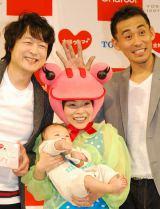 シングル「主婦ウフフ』リリースイベントに出席した(左から)福島正紀、山田花子夫妻と息子・悠斗くん、石田靖