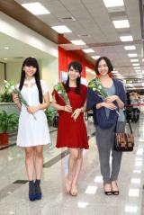 台北空港で熱烈に出迎えられたPefume(左から:かしゆか、あ〜ちゃん、のっち)