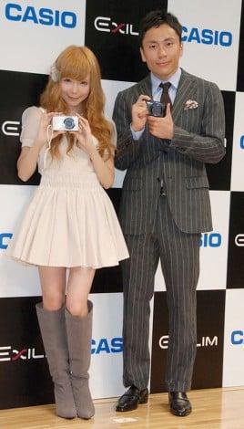 『EXILIM』新製品発表会にゲストとして出席した(左から)益若つばさ、太田雄貴 (C)ORICON DD inc.