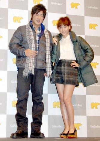 ゴールデンベア『ウルトラダウン2012』新商品発表会に出席した(左から)細川茂樹、藤本美貴 (C)ORICON DD inc.