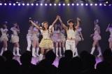 優子を支える板野友美、秋元才加※写真左から (C)AKS