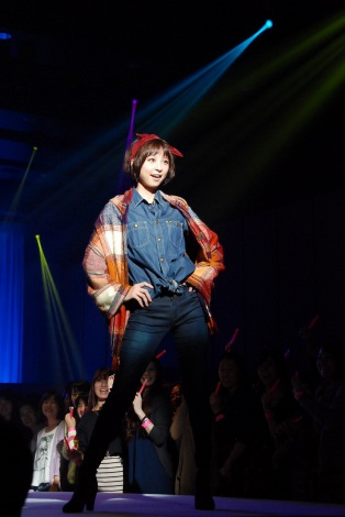 サムネイル 『MORE HAPPY FES. 2012』ファッションショーやトークショーで会場を沸かせた篠田麻里子(C)ORICON DD inc.