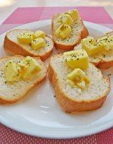 """フランスパンにのせて""""カナッペ""""風に 味はコンポタージュ味のバターのよう! (C)ORICON DD inc."""