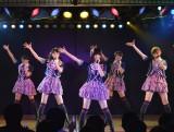 島崎遥香の脇を柏木由紀(左から2人目)、小嶋陽菜(右端)の人気メンバーが固める新生チームB (C)AKS