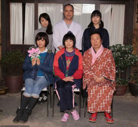 連続テレビ小説「純と愛」の新キャスト発表記者会見に出席した(後列左から) 映美くらら、田中要次、朝倉あき(前列左から)夏菜、余貴美子、石倉三郎