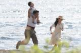 来年1月スタートの日曜劇場『とんび』家族3人幸せな頃のワンカット(C)TBS