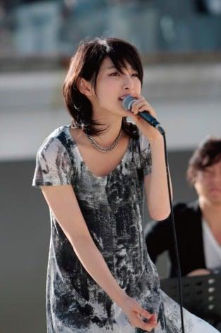家入レオは10月27日に東京・ららぽーと豊洲 シーサイドデッキ メインステージでフリーライブを開催し、1500人を動員。当日は約30分のステージ(全5曲)と、CD購入者を対象とした握手会が行われた。