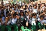 ミャンマーの小学校にて、子どもたちと笑顔で交流するアンダーグラフ・真戸原直人(写真/増田玄樹)