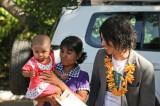 ポッパ山の保健所でワクチンの接種を受けた母子と(写真/増田玄樹)