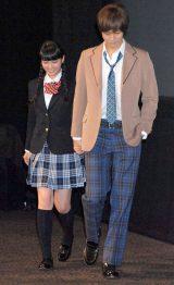 映画『今日、恋をはじめます』完成披露舞台あいさつに登壇した(左から)武井咲、松坂桃季 (C)ORICON DD inc.