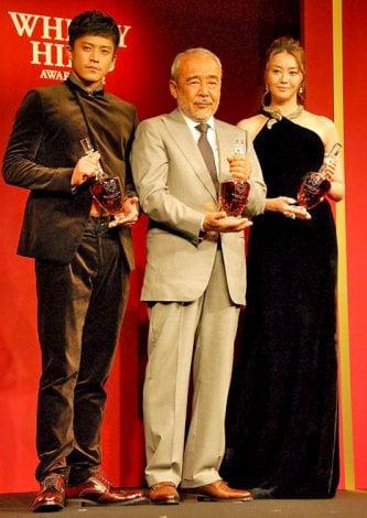 『ウイスキーヒルズアワード2012』の授賞式に出席した(左から)小栗旬、北方謙三、観月ありさ (C)ORICON DD inc.