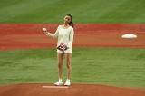 朝ドラ『純と愛』で注目度アップの高橋メアリージュンが京セラドーム大阪のマウンドで堂々と美脚を披露(C)NHK