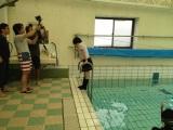 制服姿でダイバー用プールに入る生駒里奈