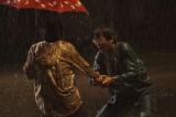 土砂降りのなか妻を殺された男と犯人が初めて出会う (C)2012「その夜の侍」製作委員会