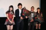 上映後のステージで行われた花束贈呈(左から)柏木由紀、伊藤英明、三池崇史監督、秋元才加