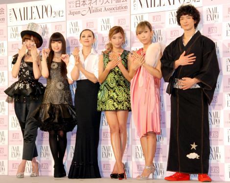 サムネイル 『ネイルクイーン 2012』の授賞式に出席した(左から)AKB48・篠田麻里子、栗山千明、夏木マリ、ローラ、蜷川実花、渡部豪太 (C)ORICON DD inc.