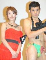 映画『ロックアウト』公開直前イベントに出席した(左から)多岐川華子、小島よしお (C)ORICON DD inc.