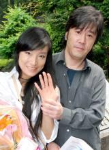 若山騎一郎&仁美凌(写真は今年5月17日、婚姻届提出時の様子) (C)ORICON DD inc.
