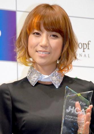『JHCA ステキなヘアカラー大賞2012』授賞式に出席したhitomi (C)ORICON DD inc.
