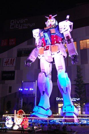 【ガンダム立像ライトアップ WINTER Ver.】様々な色でライトアップされるガンダム (C)創通・サンライズ