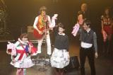 7!!(セブンウップス)の楽曲「弱虫さん」でタオルを回して楽しむ武井咲(中央)と松坂桃李(右)