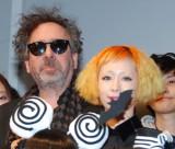 映画『フランケンウィニー』のファッションコンテストイベントに出席したティム・バートン監督(左)と木村カエラ (C)ORICON DD inc.