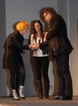 映画『フランケンウィニー』のファッションコンテストイベントに出席した木村カエラ(左)とティム・バートン監督 (C)ORICON DD inc.