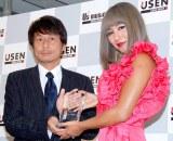 シングル「ビリーブ」が『2012 USEN J-POP年間総合ランキング』の1位に輝いたシェネル(右) (C)ORICON DD inc.