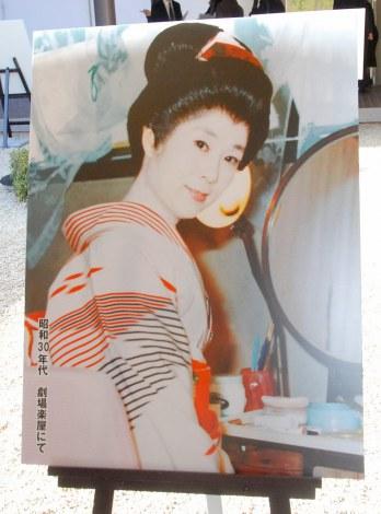 森光子さんの本葬で展示された若かりし頃のパネル (C)ORICON DD inc.