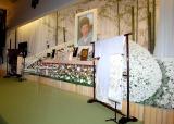 両脇には2005年の文化勲章親授与式、2009年の国民栄誉賞授与式での着物が飾られた=森光子さん本葬 (C)ORICON DD inc.