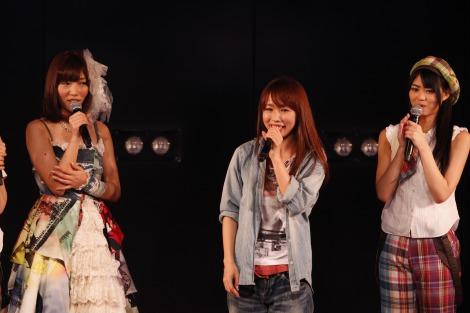 サムネイル AKB48劇場7周年記念特別公演にサプライズ出演し、来年結婚することを発表した大堀恵(中央) (C)AKS