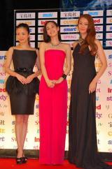 『宝島社 日本ファッションリーダーアワード 2012』授賞式に参加した(左から)上戸彩、水原希子、観月ありさ (C)ORICON DD inc.