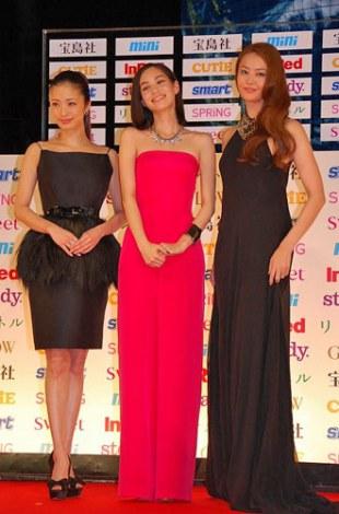 サムネイル 『宝島社 日本ファッションリーダーアワード 2012』授賞式に参加した(左から)上戸彩、水原希子、観月ありさ (C)ORICON DD inc.