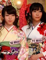 晴れ着姿を披露したAKB48の(左から)峯岸みなみ、指原莉乃 (C)ORICON DD inc.
