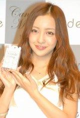 AKB48を卒業する河西智美にエールを送った板野友美 (C)ORICON DD inc.