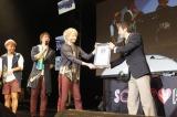輪唱のギネス世界記録認定書を受け取ったソナーポケット