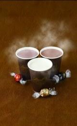 新製品『ホットホワイトチョコレートドリンク』(中央)