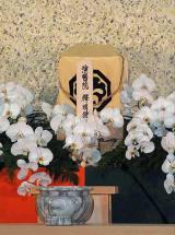 祭壇に置かれた中村勘三郎さんの遺骨と位牌 (C)ORICON DD inc.