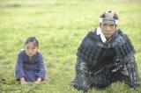 大河ドラマ『八重の桜』第1話より 木の上から草履を落とし、頼母に謝る八重(鈴木梨央/左)と兄・覚馬(西島秀俊/右)(C)NHK