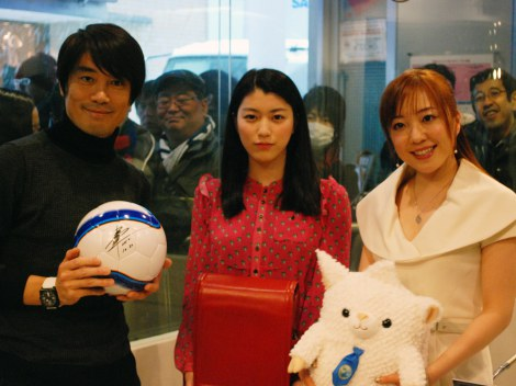 "TOKYO FM「クラレ""ランドセルは海を越えて""」に出演したパーソナリティの中西哲生(左)、女優の成海璃子(中央)、歌手の平原綾香(右)"