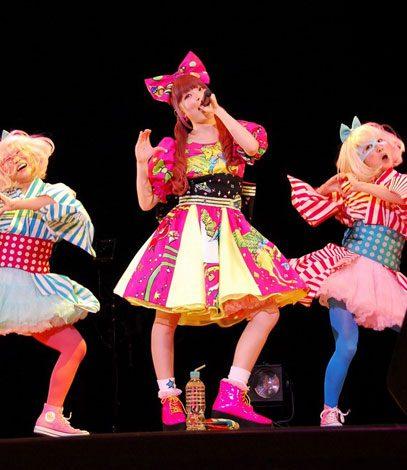 サムネイル 東京・渋谷公会堂で行われた『新成人を祝う会』で代表曲「つけまつける」を披露したきゃりーぱみゅぱみゅ (C)ORICON DD inc.