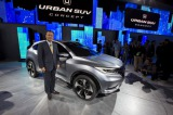 現地時間14日、米デトロイトで初披露された『アーバン SUV コンセプト』と、ホンダの伊東孝紳社長。