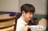 妻の結夏が家を出て行ってしまい飼い猫を抱きしめる光生(瑛太)