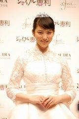 プロデュースしたのウエディングドレスをお披露目した武井咲 (C)ORICON DD inc.