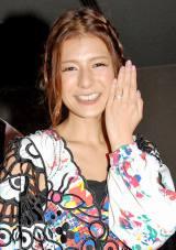 結婚指輪を輝かせ笑顔のスザンヌ (C)ORICON DD inc.